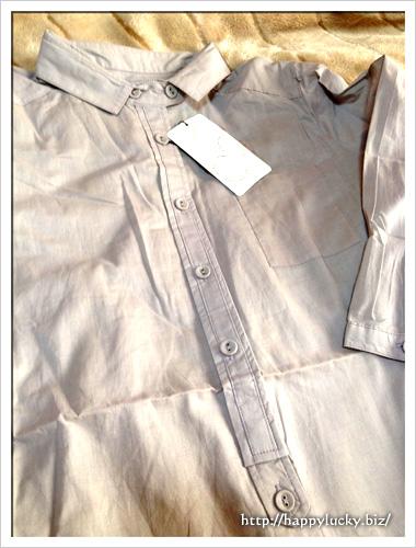 グレーの七分袖のコットン100%シャツのボタン部分