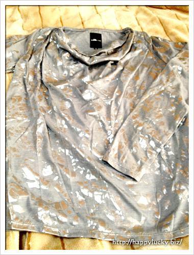 カモフラっぽく光沢の入ったグレーのTシャツ