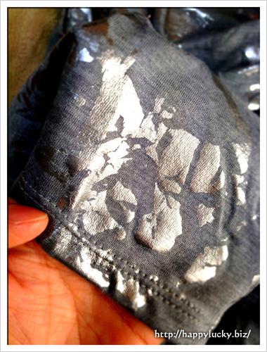 カモフラっぽく光沢の入ったグレーのTシャツの生地アップ