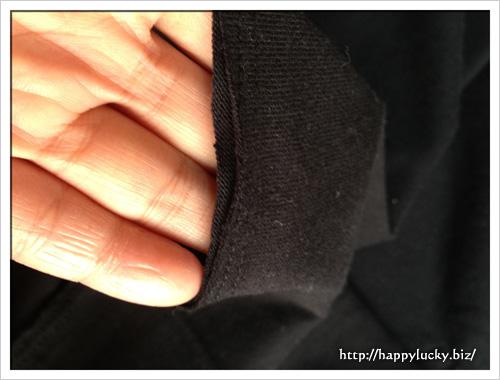 黒のハイネックニットの袖口アップ