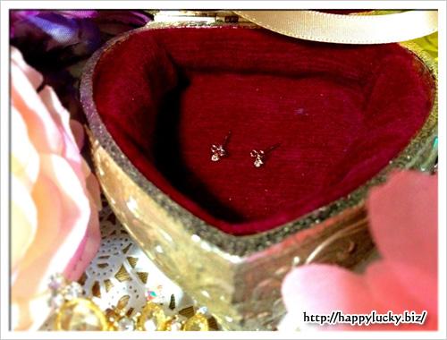 ダイヤモンドのリボンモチーフピアス