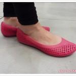 crocs(クロックス)「クロスメッシュ バレエ フラット」ピンク 着画1
