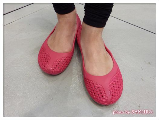 crocs(クロックス)「クロスメッシュ バレエ フラット」ピンク 着画2