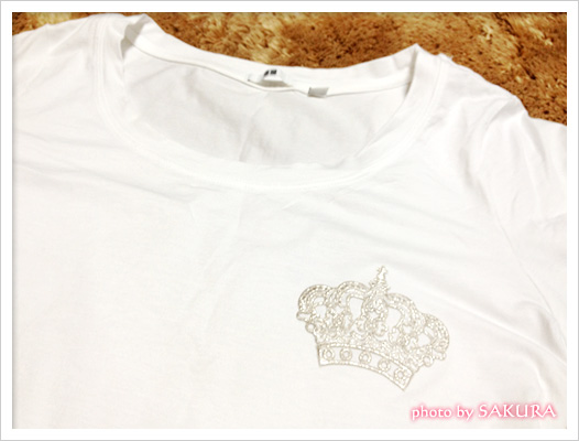 ユニクロ白のTシャツ×シルバーの王冠ワッペン