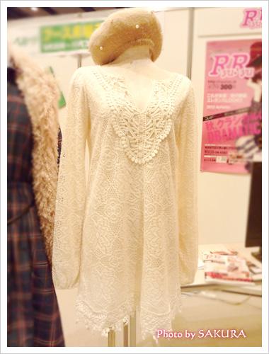 篠田麻里子トータルコーディネート2 裾スカラレースコンビワンピ 胸元アップ