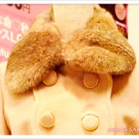 篠田麻里子トータルコーディネート4 スカラップ使いコート 胸元アップ