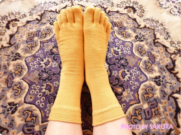 シルクパーティー「絹木綿5本指靴下」からし色 着画