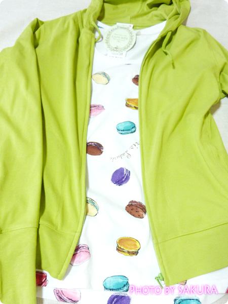 [UT]ユニクロ×LADURÉE(ラデュレ)コラボ・マカロン総柄TシャツにUVカットフルジップパーカ(長袖)合わせた