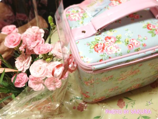 2012年の母の日にプレゼントしたカーネーションとコスメバッグ