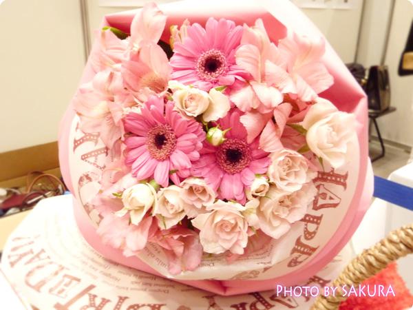 花びらを形の誕生日メッセージをラッピングを添える。まるで一輪の大きなバラのような花束「ペタロ・ローザ」