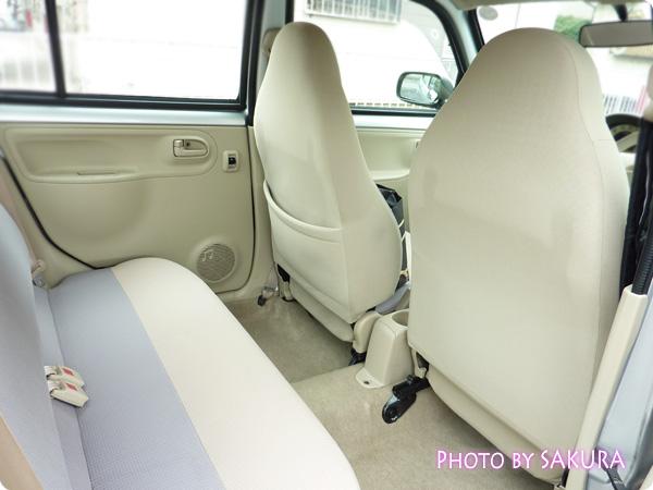 新古車で買ったダイハツ「エッセ」シルバー 後部座席1