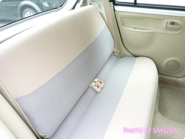 新古車で買ったダイハツ「エッセ」シルバー 後部座席2
