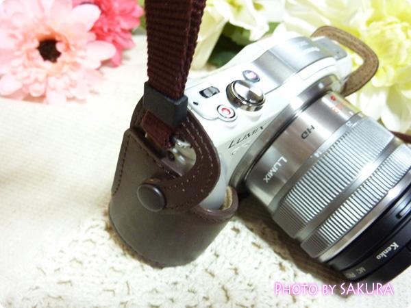 LUMIX DMC-GF5用カメラケース DMW-BCSK2 ブラウン ボディケースにストラップを装着