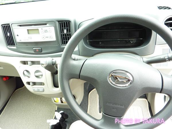 ダイハツ「ミライースXメモリアルエディション」パールホワイト運転席