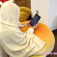 【FELISSIMO(フェリシモ)】 フェリシモのふんわりビッグパンクッション(4種) クリームポッケパン 毛布を着て入るとこんなかんじ