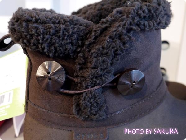 modessa synthetic suede shorty boot w モデッサ シンセティック スエード ショーティ ブーツ ウィメン 木材の飾りボタン