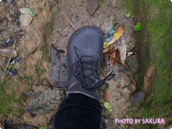 雨と雪でぬかるんだ日御碕神社をクロックス blitzen convertibleブリッツェン コンバーチブルで歩く