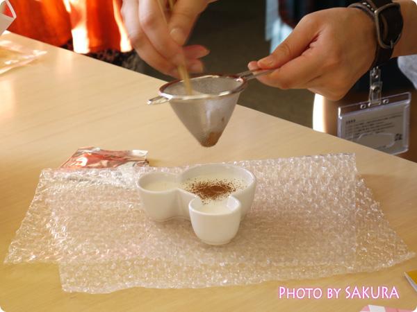 おせち・ミッキー&フレンズ(ディズニー) 陶器入りミルクプリンにココアパウダーをかける