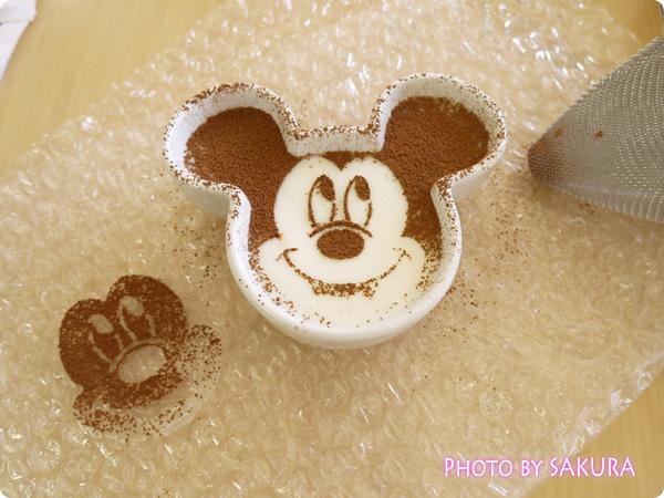 おせち・ミッキー&フレンズ(ディズニー) 陶器入りミルクプリンにココアパウダーでミッキーの顏を作る