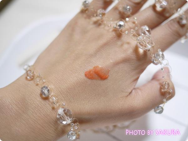 etvos(エトヴォス)「ミネラルリッププランパー」コーラルオレンジ 手に塗ってみた
