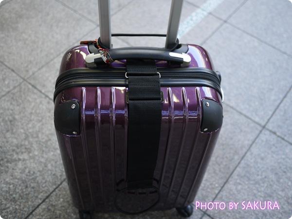 スーツケース(キャリーバッグ)の取っ手にgowell(ゴーウェル)「バッグとめるベルト」を通す