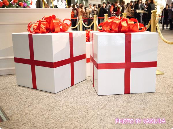 丸ビル Happiness Ribbon ~ディズニーキャラクターが勢揃い~ クリスマスツリー下のプレゼント