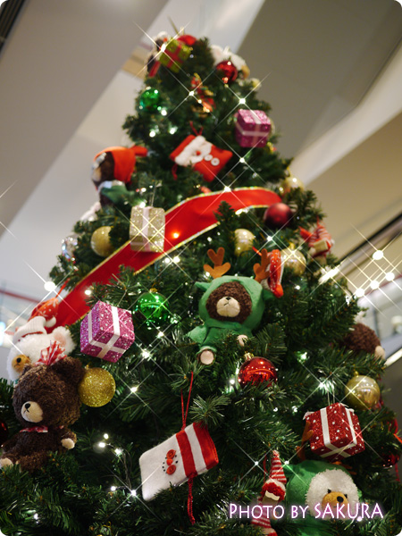 ジャッキーのハートフル・クリスマスinスカイツリーソラマチ 1階エスカレーター脇のクリスマスツリー ツリーの上
