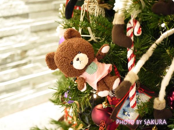 ジャッキーのハートフル・クリスマス 会場入り口のクリスマスツリー くまアップ