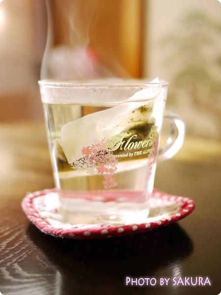 「すっきり爽快茶」ティーパックをお湯に入れる