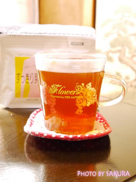 「すっきり爽快茶」ティーパックをお湯に入れて2分ほど