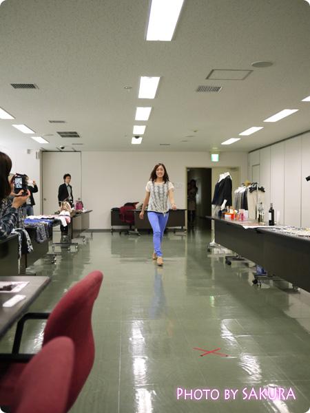 ベルーナファッションショー 会議室に登場する社員さん