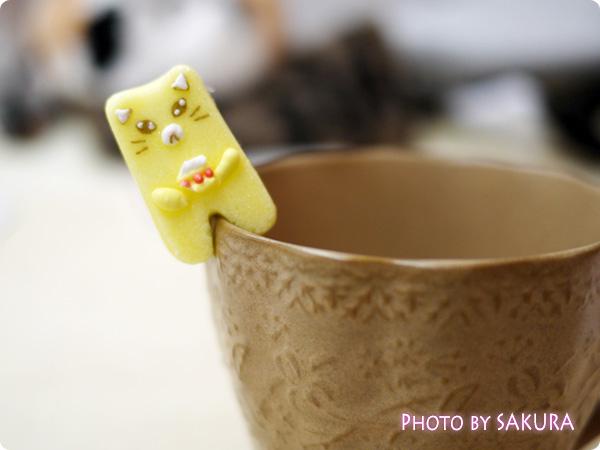 カップのふちでちょこんとごあいさつ ティータイムもあの子と一緒 にゃんにゃんシュガーの会 黄色の猫のお砂糖 ショートケーキ表