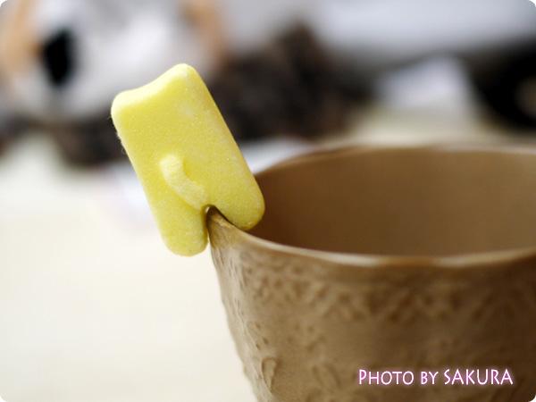 カップのふちでちょこんとごあいさつ ティータイムもあの子と一緒 にゃんにゃんシュガーの会 黄色の猫のお砂糖 ショートケーキ裏