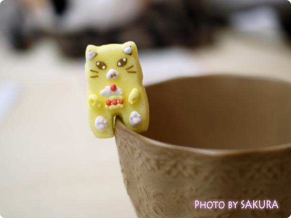 カップのふちでちょこんとごあいさつ ティータイムもあの子と一緒 にゃんにゃんシュガーの会 黄色の猫のお砂糖 前足に肉球 表