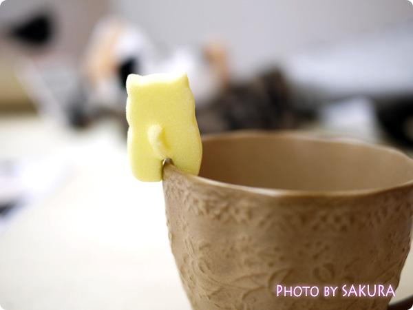 カップのふちでちょこんとごあいさつ ティータイムもあの子と一緒 にゃんにゃんシュガーの会 黄色の猫のお砂糖 前足に肉球 裏