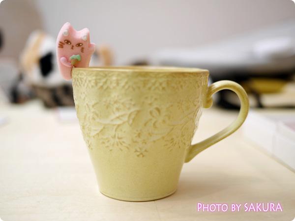 カップのふちでちょこんとごあいさつ ティータイムもあの子と一緒 にゃんにゃんシュガーの会 ピンクの猫