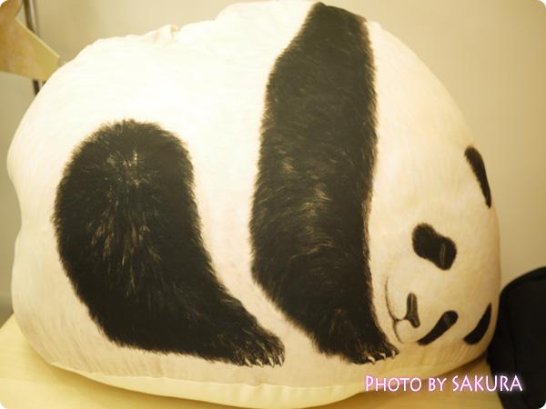 押し入れで眠る布団も喜ぶ 寝息が聞こえてきそうな クークークッションケースの会 パンダ表