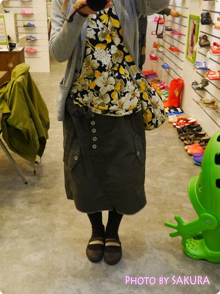 オシャレウォーカーオリジナル『アシンメトリーデザインカーゴスカート』 クロックス・ジャパン本社ショールームにて