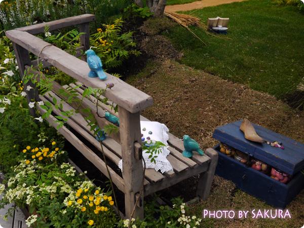 国際バラとガーデニングショウ2014『赤毛のアンの庭』ベンチと鳥のオブジェ