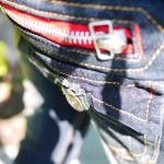 ネット通販で人気レッドジッパージーンズは小尻効果でオススメデニム