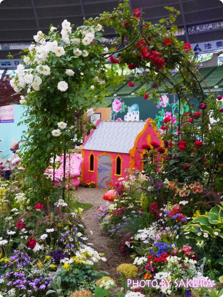 第16回国際バラとガーデニングショウ『不思議の国のアリスの庭』薔薇のアーチ