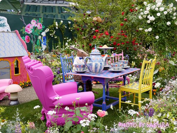 第16回国際バラとガーデニングショウ『不思議の国のアリスの庭』庭でウサギがティータイム