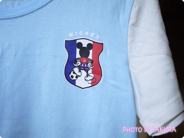 みんなでつながるサッカー応援ディズニーTシャツ ライトブルー×ホワイト エンブレムアップ