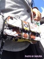 コンサートで貴重品を身に着けるのに役立つお財布一体型ポシェット『All in One Crossbody(オール・イン・ワン・クロスボディ)』が便利