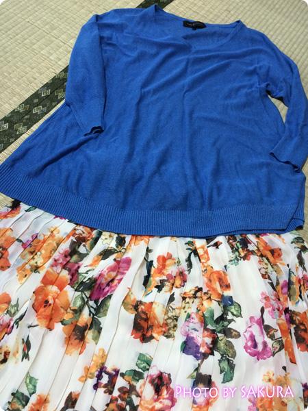 【and GIRLコラボコーデITEM】シフォン花柄プリント変形プリーツスカートをブルーのニットでコーデ