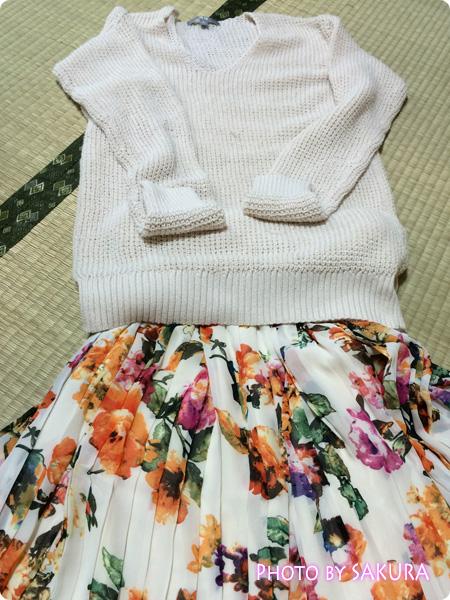 【and GIRLコラボコーデITEM】シフォン花柄プリント変形プリーツスカート 白ニットでコーデ