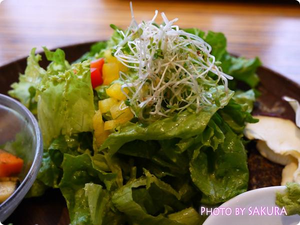 タヒチアンノニカフェ ナッツの巻きずしプレート サラダ