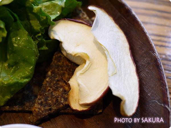 タヒチアンノニカフェ ナッツの巻きずしプレート 乾燥リンゴとジャーキー