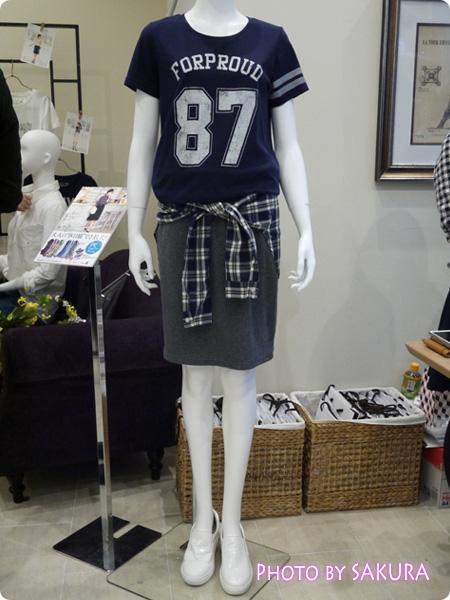 セシール and moi ネイビーTシャツとシャツ巻き風タイトスカートコーデ1