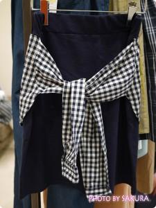 セシール and moi ネイビーTシャツとシャツ巻き風タイトスカートコーデ3